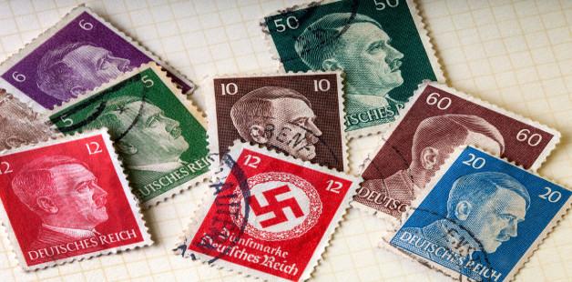 selos estampados com rosto de Hitler e símbolo do nazismo