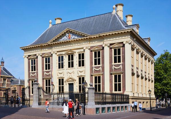 A casa de Maurício de Nassau, conhecida como Mauritshuis, foi convertida em uma galeria de arte.