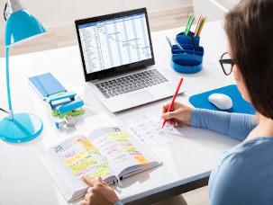 Aluna com notebook e agenda