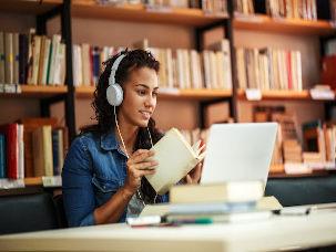 Estudante com notebook e livros