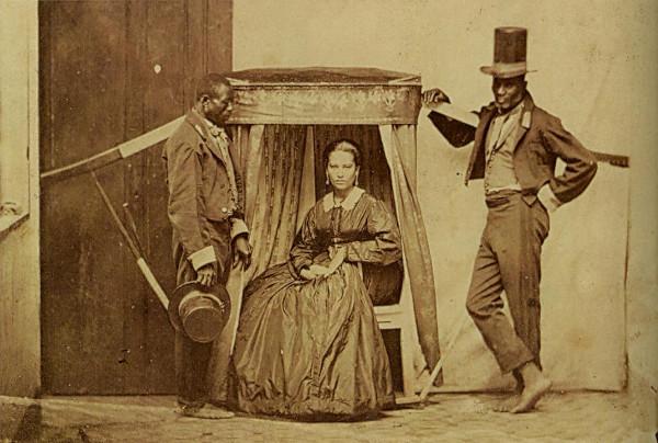A escravização dos negros no passado é o principal fator que ainda impede a formação de uma sociedade democrática para negros e brancos.