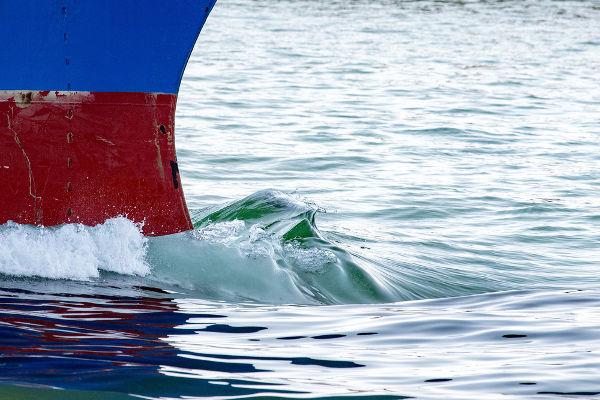 A proa do navio produz ondas de arraste na sua frente quando ele se desloca.