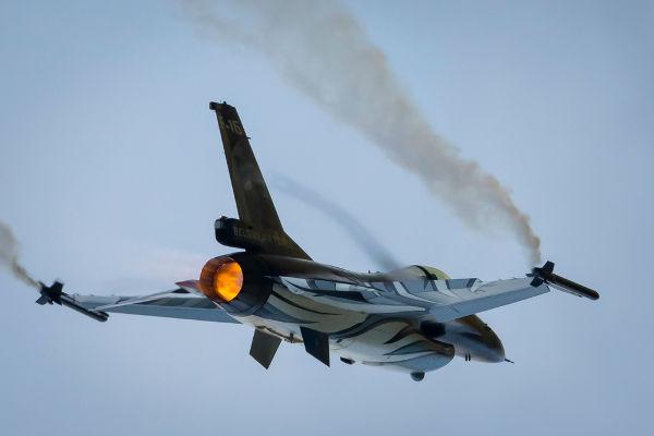 Pilotos de caças devem ser frequentemente treinados para suportar a própria inércia durante o voo.