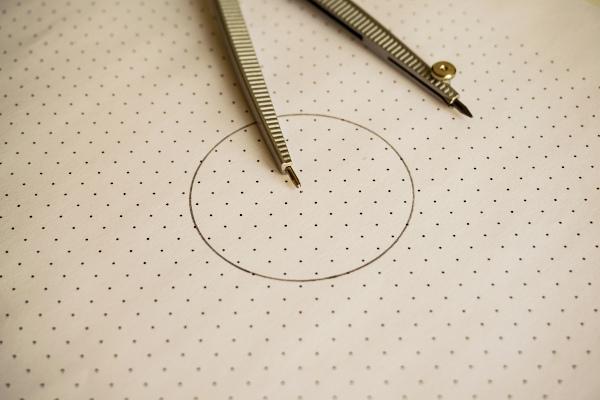 A circunferência e o círculo possuem uma relação estrita.