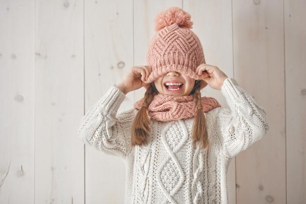No inverno, é importante ter alguns cuidados para garantir a saúde das crianças, como vestir roupas adequadas e limpas.