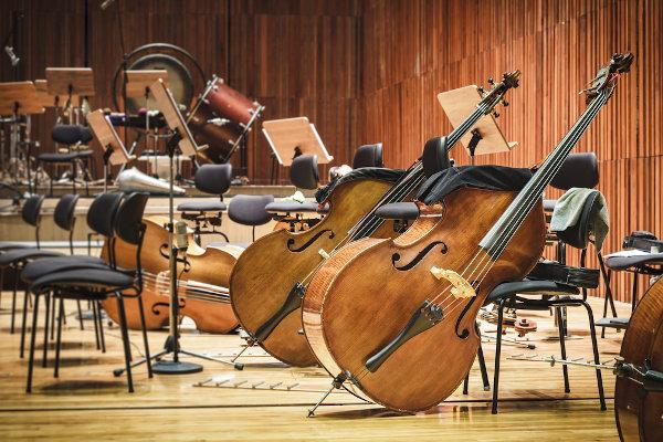 A música clássica faz parte da cultura erudita e traz consigo ilustres compositores cuja fama atinge os mais diversos contextos sociais.