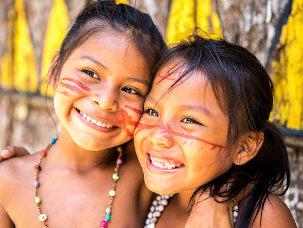Duas crianças indígenas abraçadas