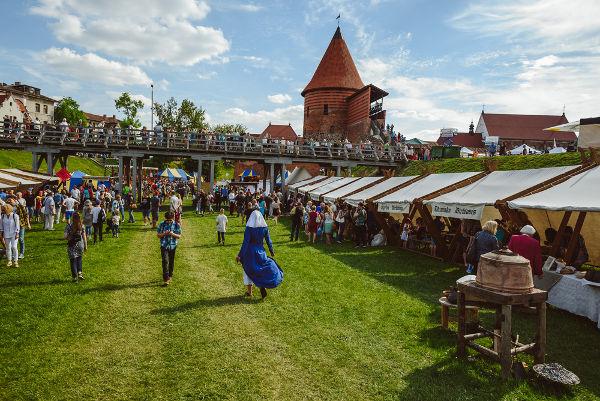 O renascimento comercial garantiu o desenvolvimento de feiras nos arredores de algumas cidades.[1]