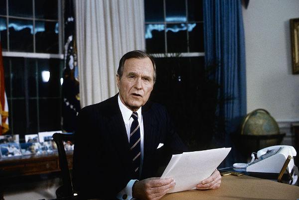 A invasão do Kuwait motivou o então presidente norte-americano, George Bush, a ordenar uma intervenção militar contra o exército iraquiano.[2]