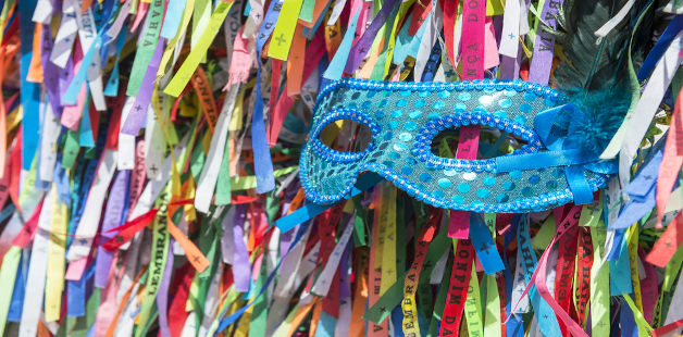 Máscara de carnaval e fitas do Bonfim