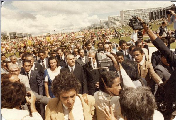 Com o falecimento de Tancredo Neves, o seu vice, José Sarney, assumiu a presidência do Brasil.[2]