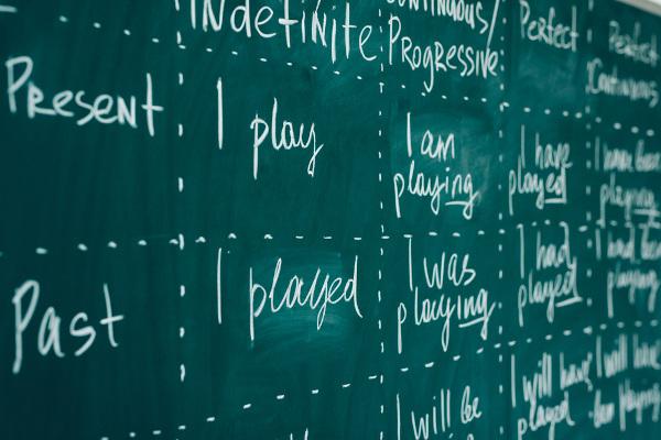 A língua inglesa tem diferentes tipos de verbos que expressam ação, estado, experiência etc.