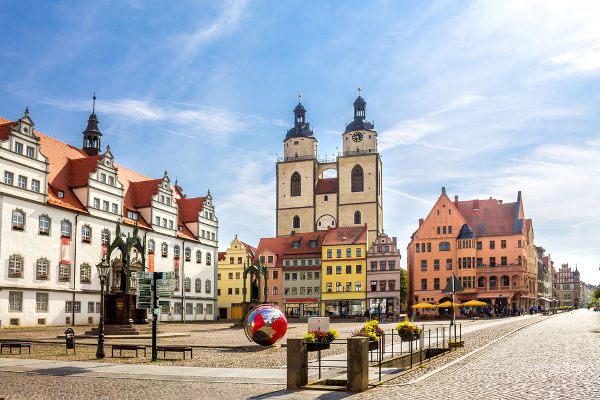 A tradição protestante conta que Lutero afixou suas 95 teses na porta da igreja da Universidade de Wittenberg.