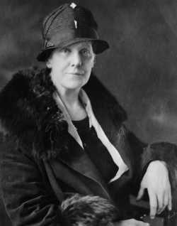 Anna Jarvis, filha de Ann Jarvis, criou o Dia das Mães como forma de homenagear sua mãe, falecida em 1905. [1]