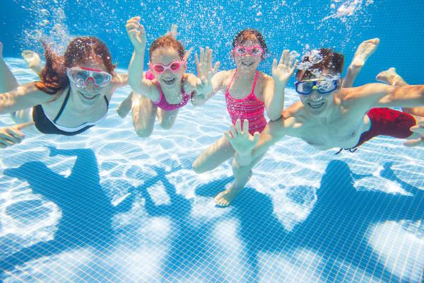 As piscinas são locais comuns de acidentes, sendo fundamental que os responsáveis pela criança tenham total atenção nas brincadeiras na água.
