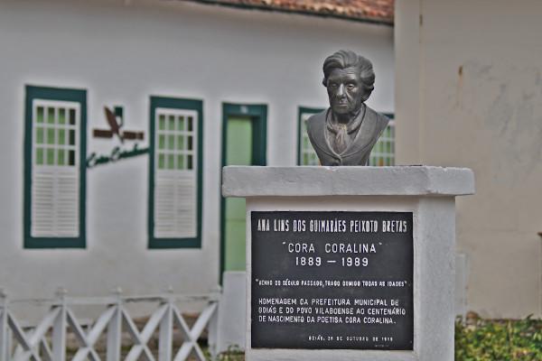 Homenagem encontra-se em frente à casa da escritora, na Cidade de Goiás (GO). [1]