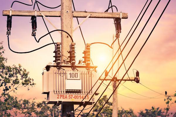 A energia elétrica é distribuída por meio de fios condutores sustentados por postes.