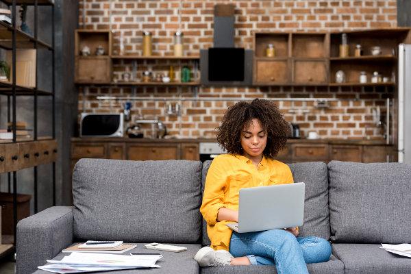 O home office é uma medida adotada por várias empresas em tempos de distanciamento social.