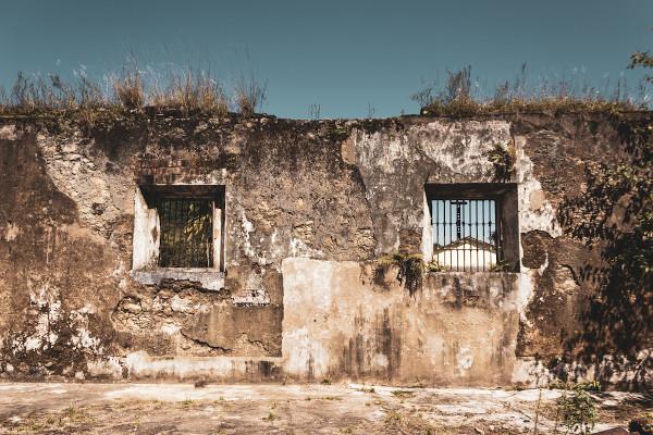 Ruínas do presídio de Ilha Grande (RJ), onde Graciliano esteve preso. (Foto: Renata Tizzo) [2]