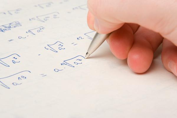 As equações irracionais, por trazerem a incógnita dentro de um radical, utilizam a potenciação como uma ferramenta importante.