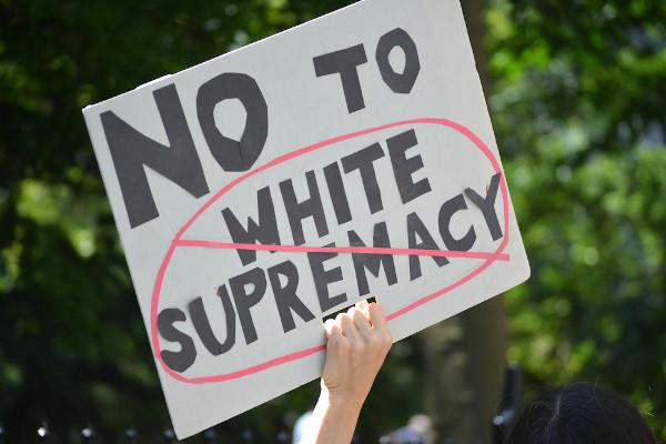A ultrapassada ideia de que a raça branca é superior é fruto de uma pseudociência racista do século XIX. (Tradução: Não à supremacia branca) [2]
