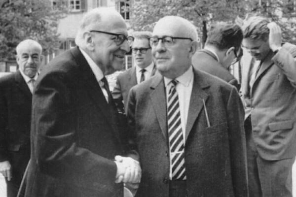 """Os filósofos e sociólogos da Escola de Frankfurt Adorno e Horkheimer criaram o termo """"cultura de massa""""."""