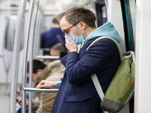 Homem com máscara tossindo