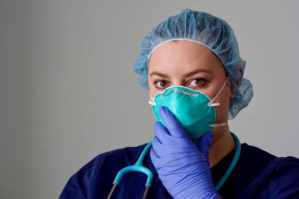 Profissionais da saúde devem utilizar máscaras específicas ao tratarem de pacientes com doenças contagiosas que podem ser transmitidas por aerossóis.