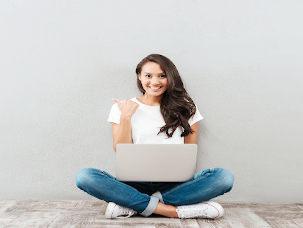 Menina com notebook branco no colo