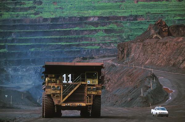 Mina de extração de ferro na Serra dos Carajás, no estado do Pará.[1]