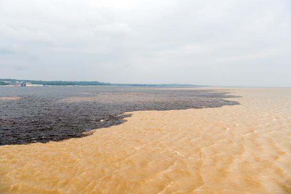 Encontro das águas do rio Negro com o rio Solimões.