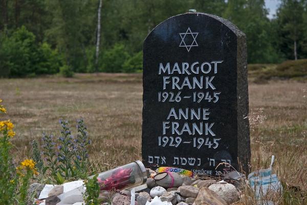 Túmulo das irmãs Anne e Margot Frank [7]
