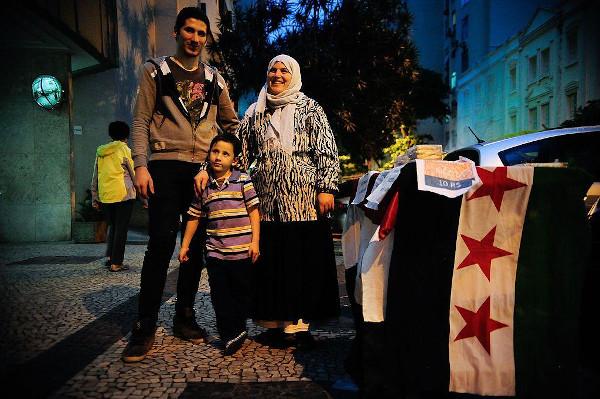 Família síria vende esfirras no Rio de Janeiro após fugir da guerra em seu país natal (2015). [3]