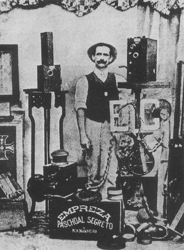 O italiano Afonso Segreto foi, provavelmente, a primeira pessoa a fazer imagens de cinema no Brasil