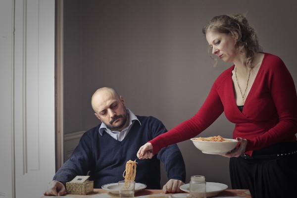A desigualdade de gênero impõe às mulheres uma dupla jornada que envolve o trabalho e o cuidado da casa e da família.