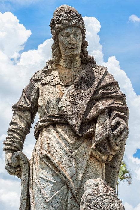 Estátua do profeta Daniel, de Aleijadinho, no Santuário do Bom Jesus de Matosinhos, em Congonhas (MG). [2]