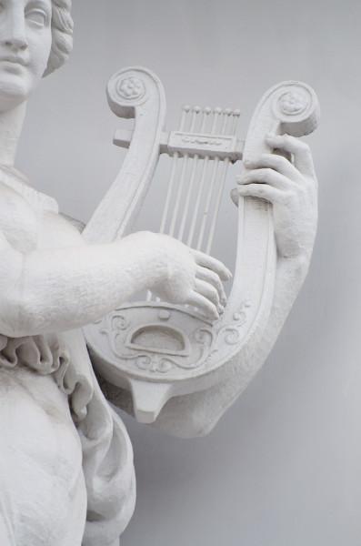 Ao som do instrumento musical lira, os poetas gregos cantavam seus poemas, o que deu origem ao gênero lírico.