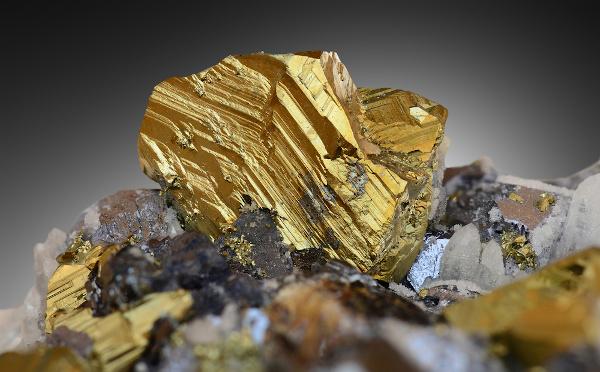 Pepita de ouro em minério, estado sólido.