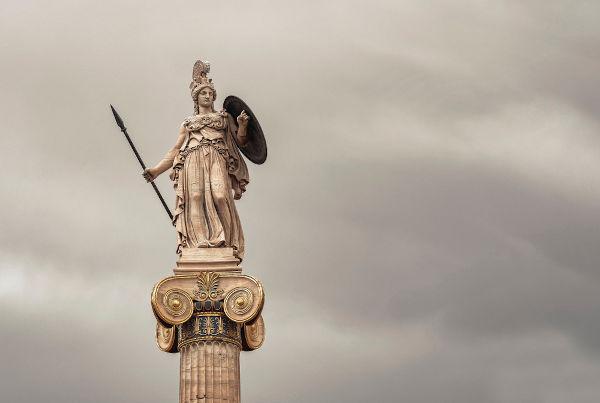 Os mitos gregos narram que Atenas recebeu seu nome em homenagem à deusa Atena.