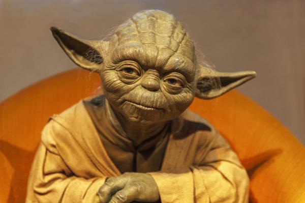 Personagem da saga Star Wars, o Mestre Yoda é famoso por utilizar os recursos da anástrofe e da sínquise.