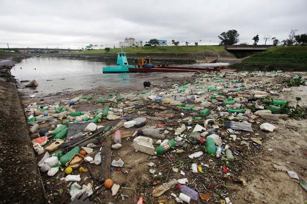 Poluição na margem do rio Tietê