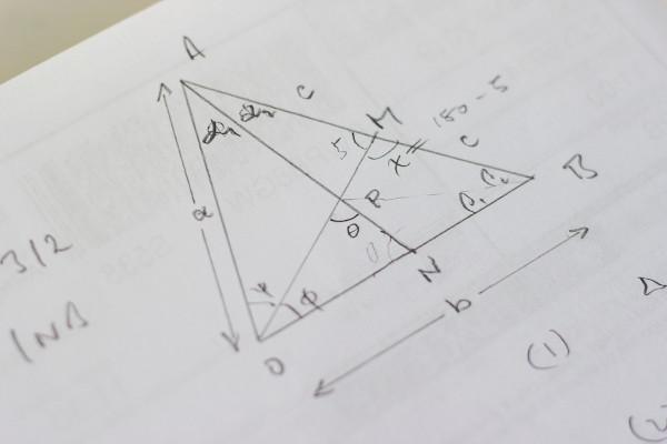 O triângulo é uma das formas geométricas elementares. Compreender suas propriedades é muito importante.