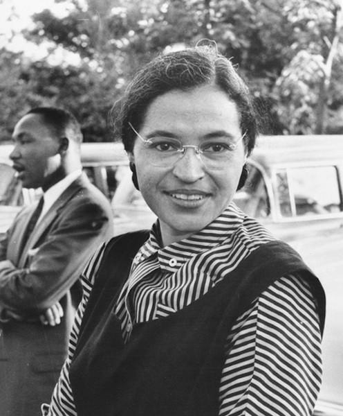 Rosa Parks, afro-americana que se recusou a ceder seu assento a um passageiro branco e liderou boicote aos ônibus em Montgomery, Alabama (1955).