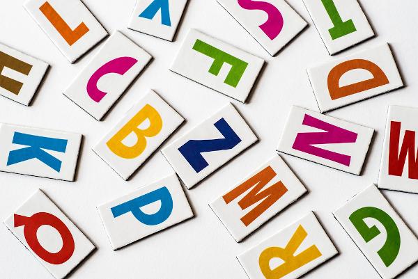 A aliteração consiste na repetição de sons consonantais.