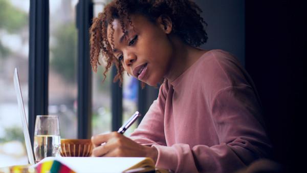 Ler relatórios e identificar perfis, tendências e comportamentos são ações essenciais para o sucesso do jovem empreendedor.
