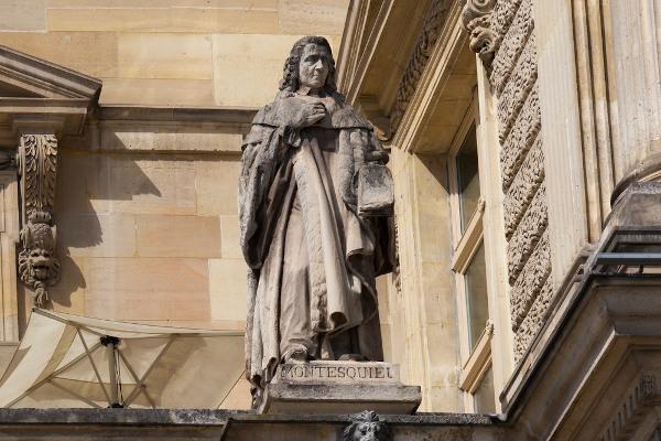 Estátua de Montesquieu no Louvre