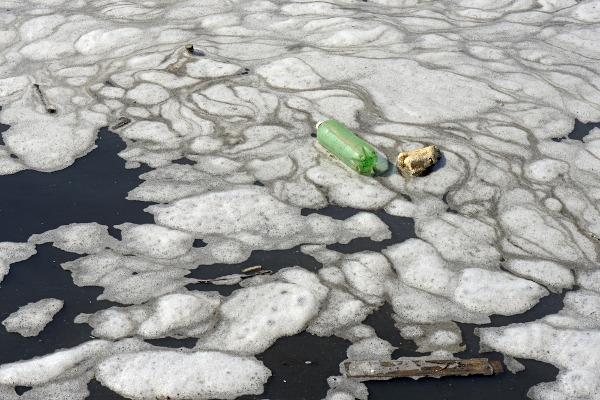 A poluição dos recursos hídricos brasileiros é um grave problema de todos. Na foto, poluição no Rio Tietê, São Paulo.