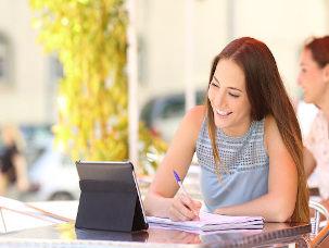 Aluna estuda com ajuda do tablet