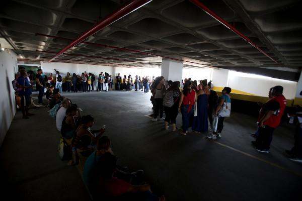 Fila no Rio de Janeiro para vagas em um supermercado. [1]
