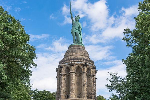 Estátua em homenagem a Armínio, líder dos queruscos e responsável pela dizimação de legiões romanas na Batalha da Floresta de Teutoburgo, em 9 d.C.